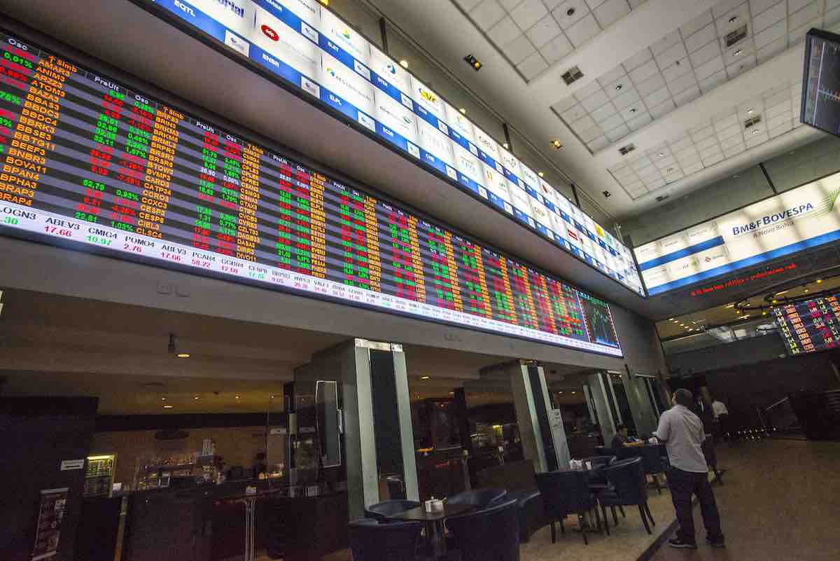 Foto interna do painel de ações da Bolsa de Valores de São Paulo.
