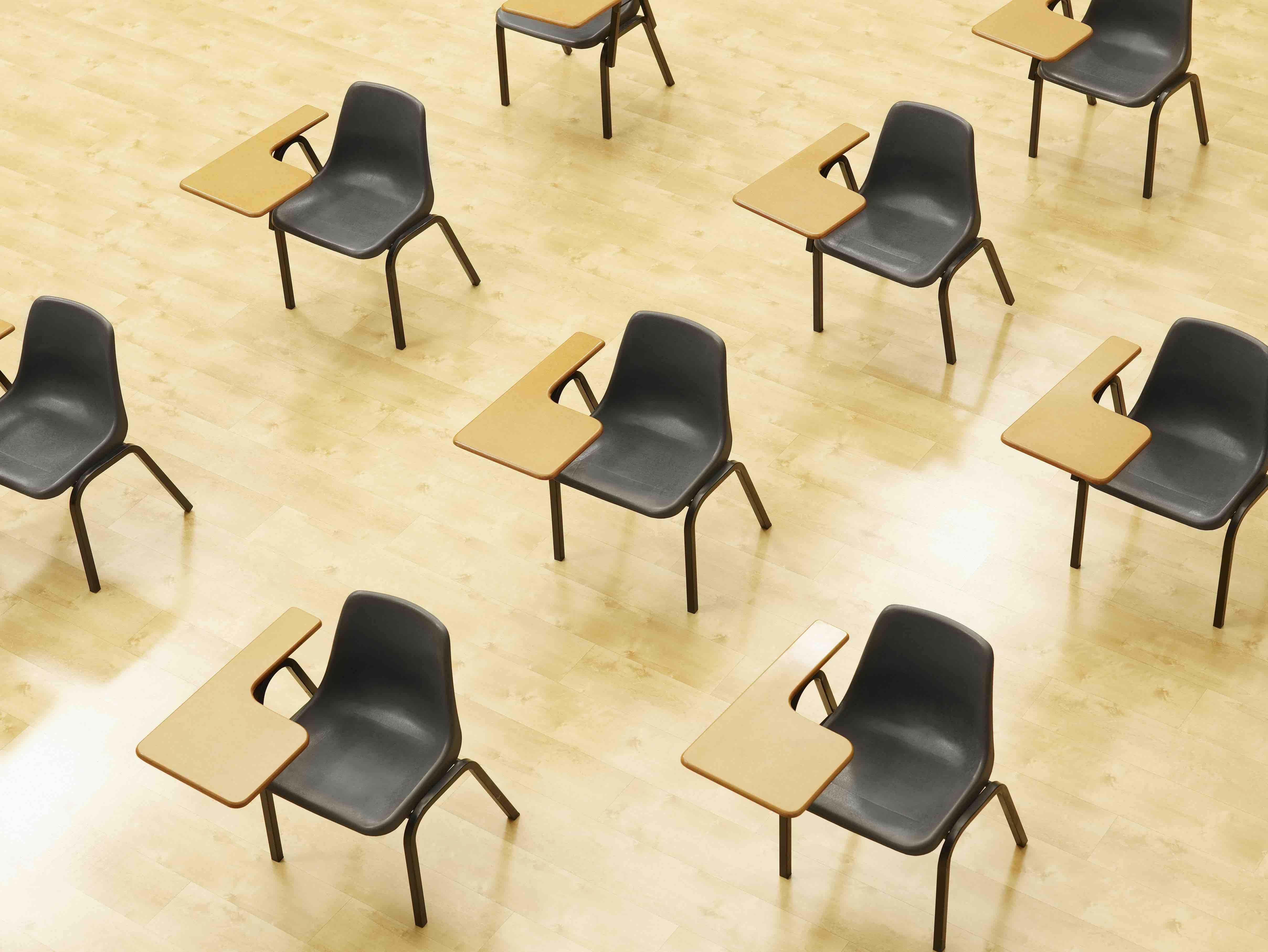 cadeiras escolares afastadas vista em sala de aula vazia