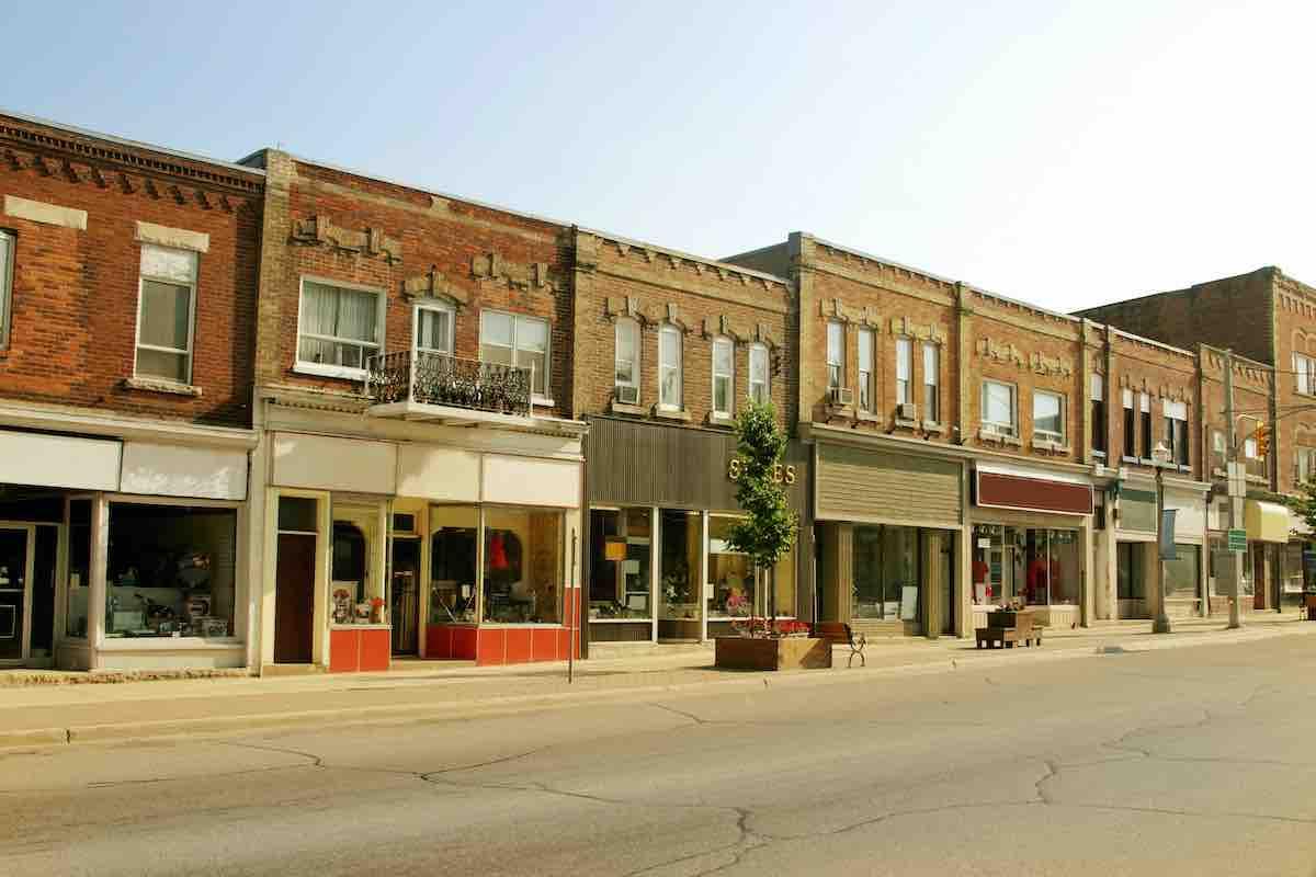Foto da fachada de lojas de rua.