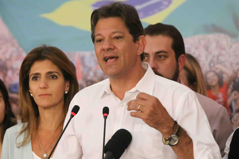Fernando Haddad, durante coletiva de imprensa após admitir derrota nas eleições de 2018 contra seu adversário ao lado de sua esposa Ana Estela Haddad.