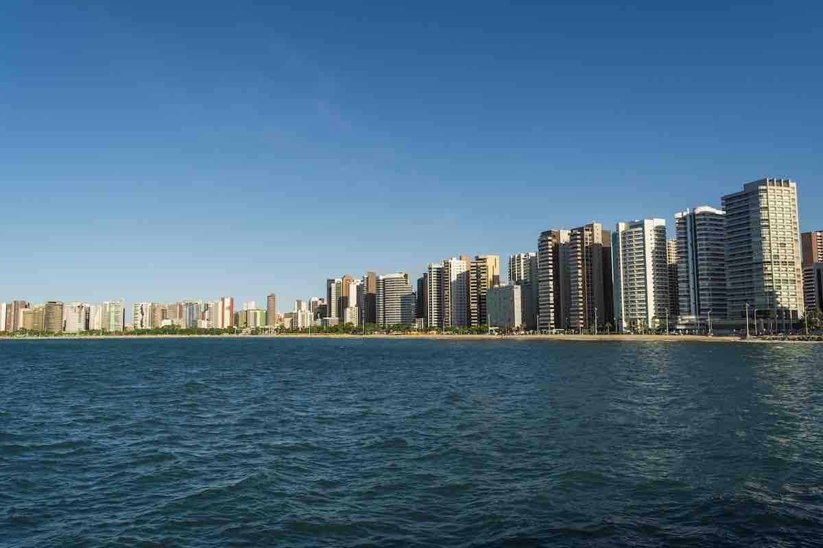 Foto da orla de Fortaleza, vista a partir do mar.