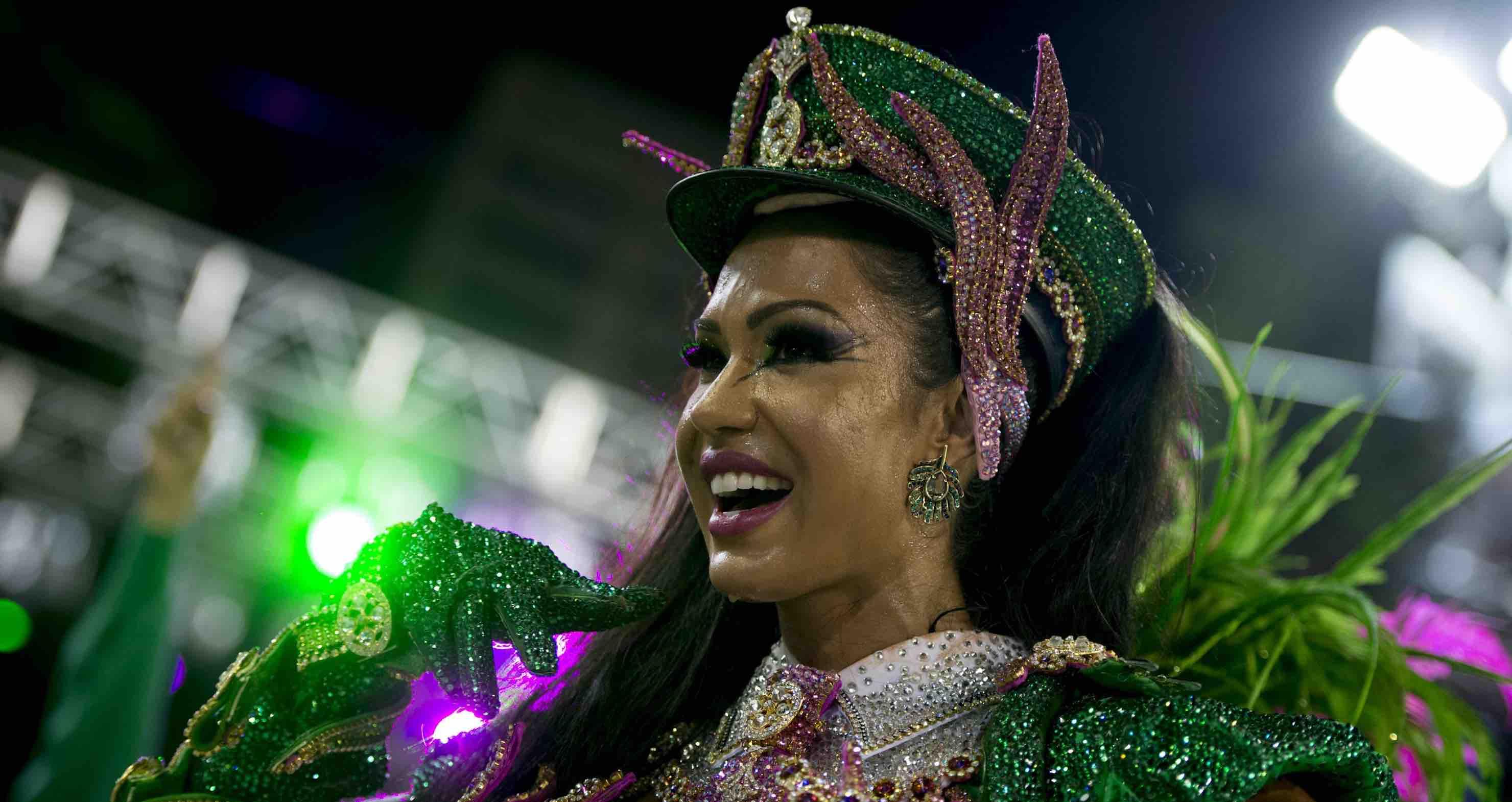 Gracyanne Barbosa durante desfile de carnaval.