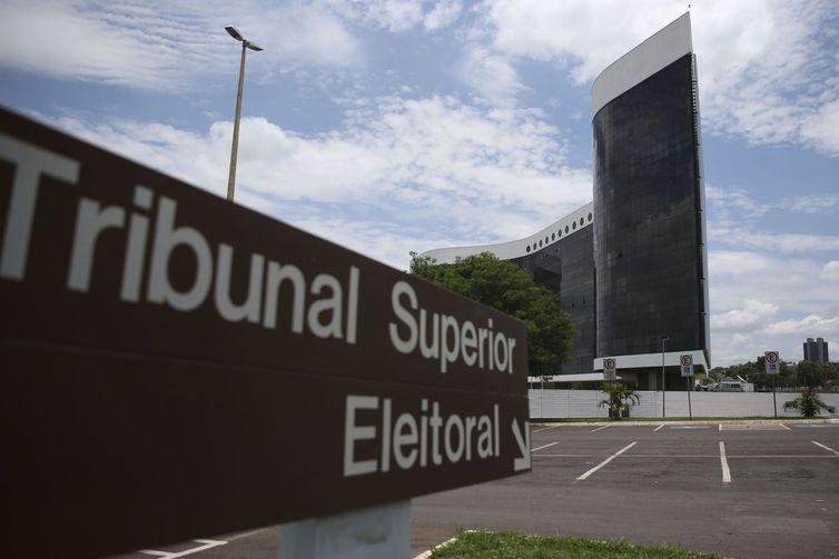 Imagem do letreiro em frente ao Tribunal Superior Eleitoral de Brasília