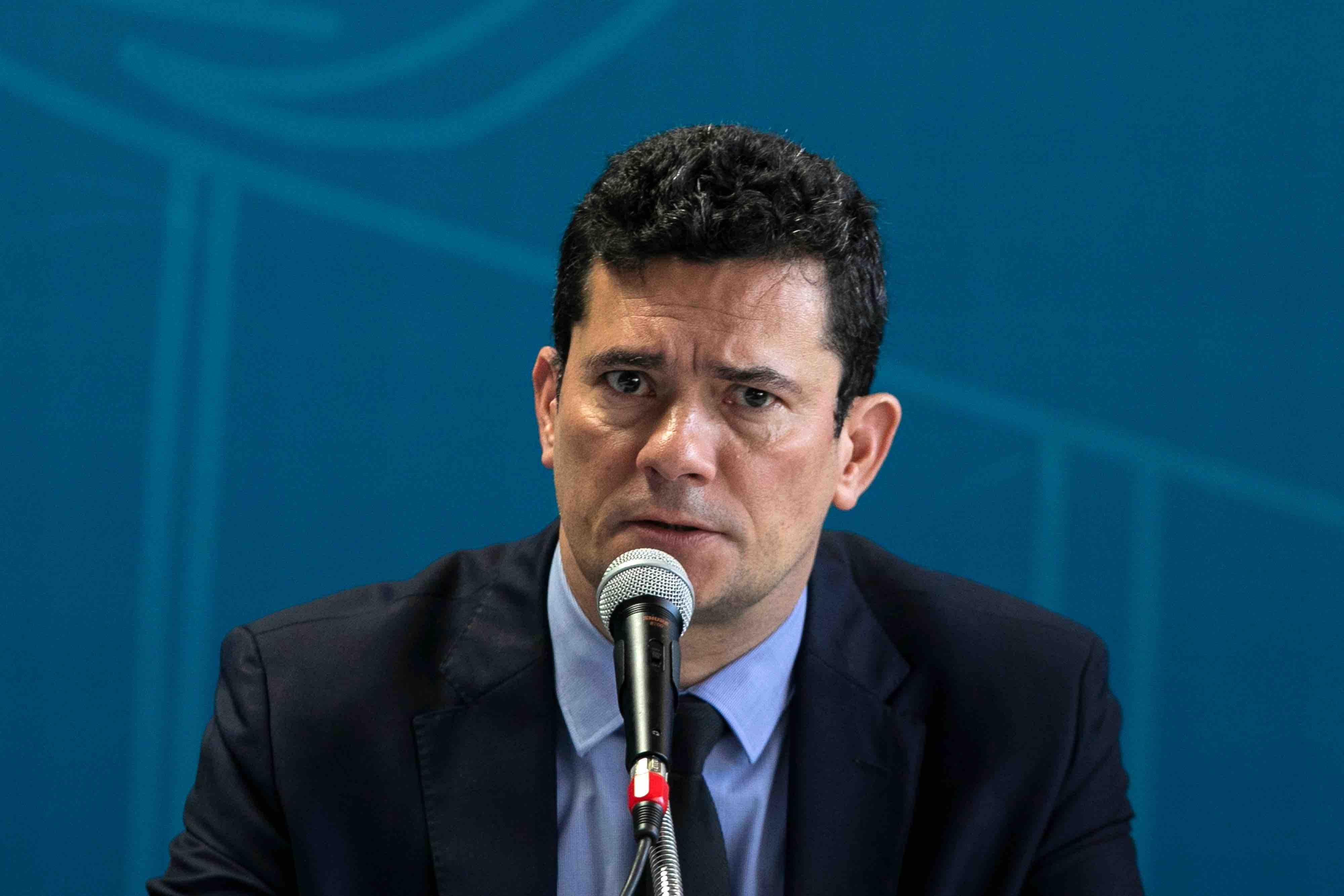 A imagem mostra Sergio Moro dando entrevista em frente a um microfone.