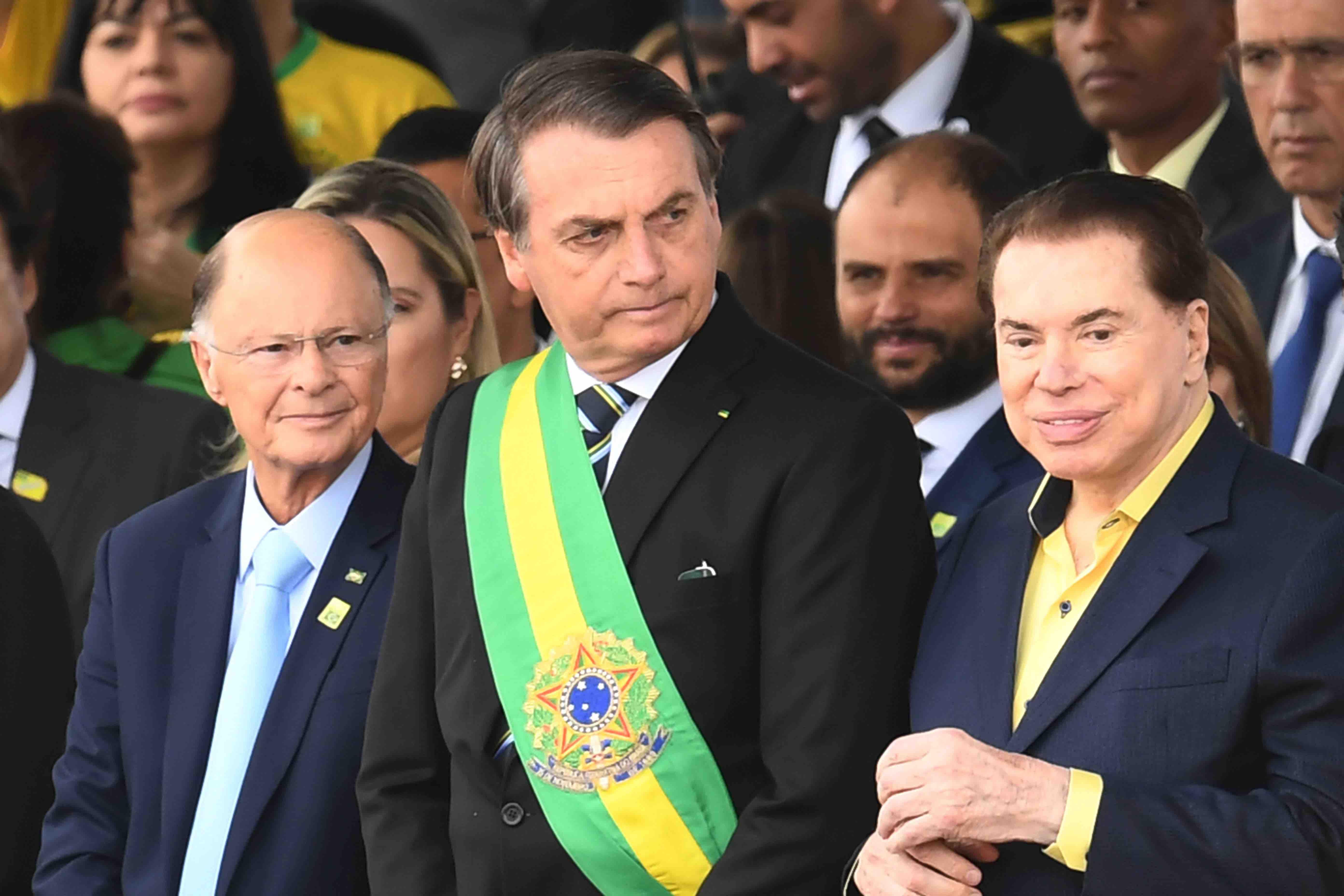 Silvio Santos, dono do SBT, Edir Macedo, dono da Rede Record e presidente Jair Bolsonaro assistem desfile de 7 de Setembro lado a lado em Brasília.
